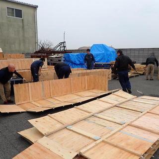 朝礼後の木箱解体